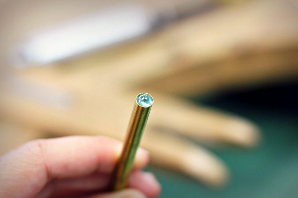 Ajustage de la pierre dans son tube en laiton - réalisation d'un serti clos