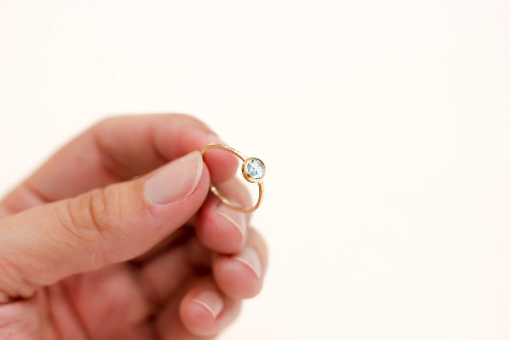 Bague Topaze Bleue, cabochon en serti tube, toutes les étapes de la réalisation de cette bague sur www.apprendre-la-bijouterie.com !