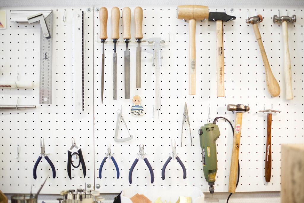 Quels outils choisir pour commencer la bijouterie ? Ma sélection d'indispensables pour débutants, pour s'équiper à moindre frais et selon ses envies de créations ! - www.apprendre-la-bijouterie.com