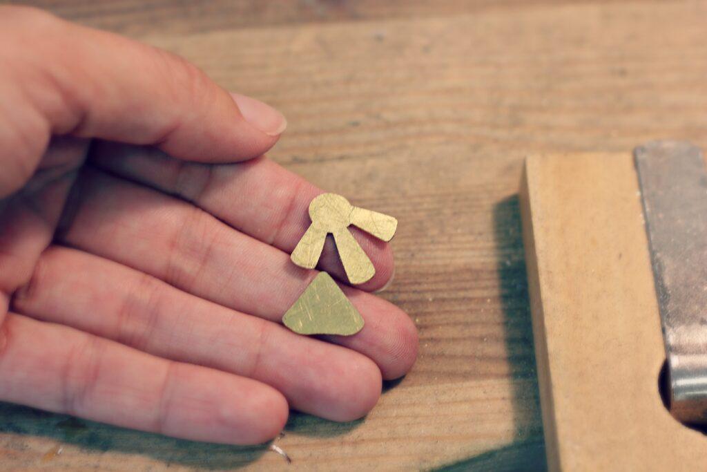 Boucles Art Déco, découpe des aplats - www.apprendre-la-bijouterie.com