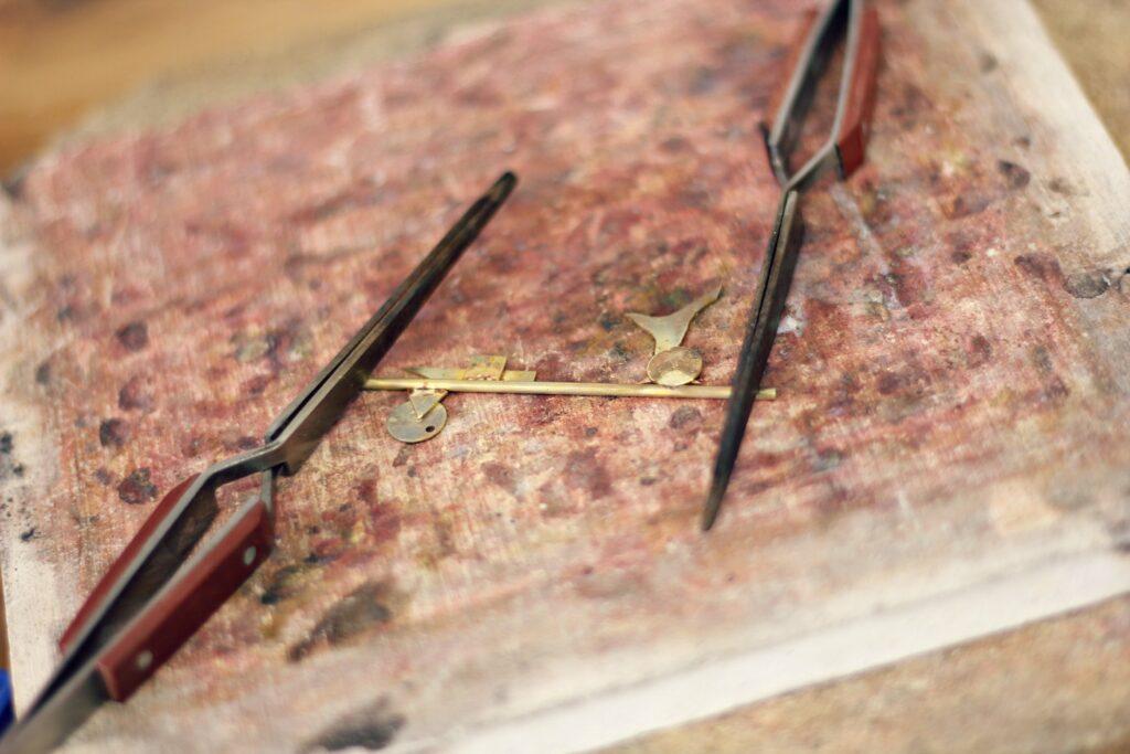 Collier géométrie - Technique pour maintenir et ajuster durant le soudage - Défi 30 jours / 30 bijoux à suivre sur www.apprendre-la-bijouterie.com