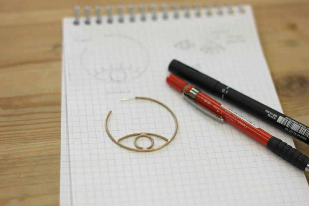 Boucles Oeil de Big Brother - Découvrez leur réalisation étape par étape sur www.apprendre-la-bijouterie.com