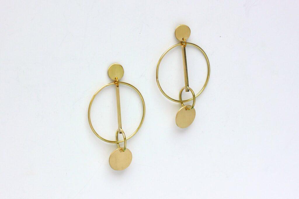 Boucles Circus Mobiles - De la rondeur pour des boucles légères et mobiles. Retrouvez les étapes de leur fabrication sur www.apprendre-la-bijouterie.com
