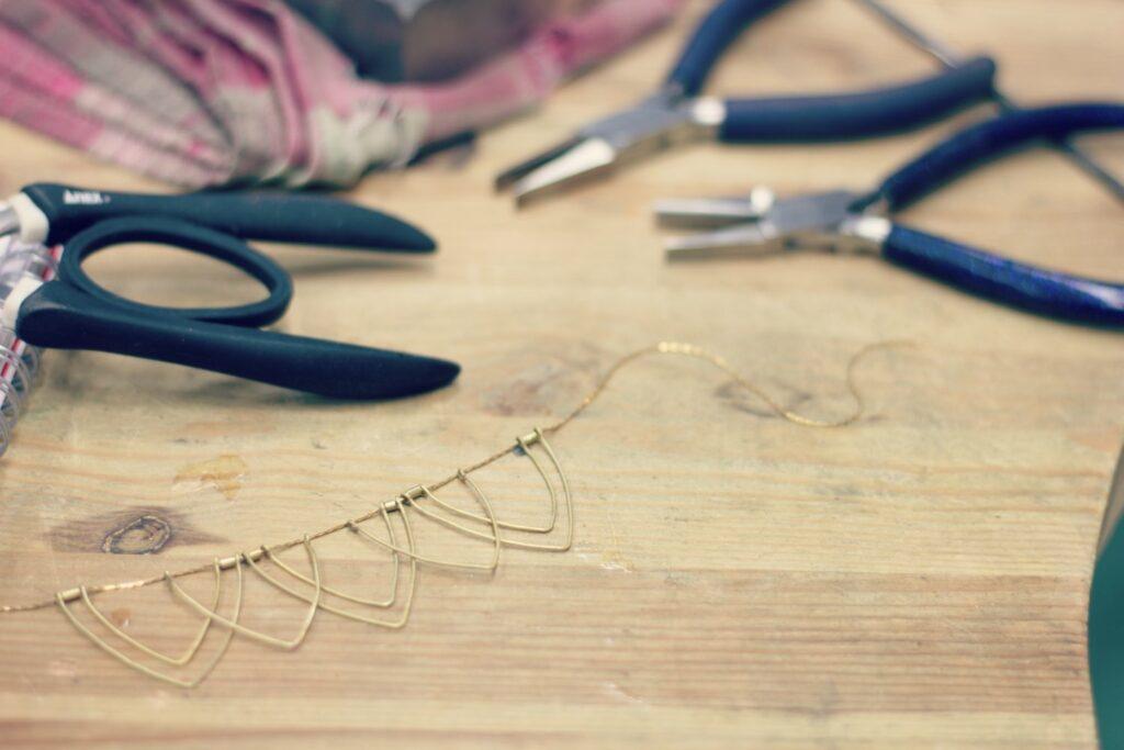 Collier Lotus - Un plastron léger et original dont la fabrication est à retrouver sur www.apprendre-la-bijouterie.com
