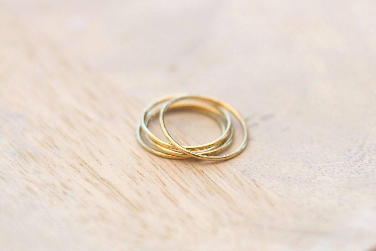 Crash test : 4 anneaux en laiton, doré, plaqué et or, en test réel pendant 1 an ! A retrouver sur www.apprendre-la-bijouterie.com