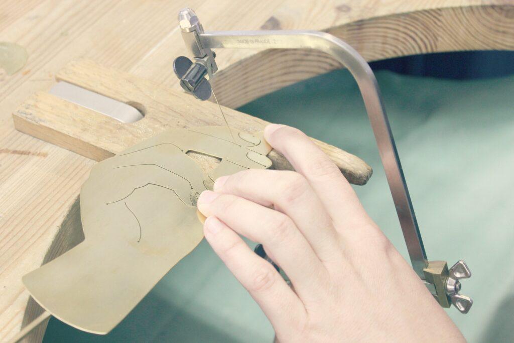 Technique de base de la bijouterie : découper le métal au bocfil ou à la cisaille. Article complet à retrouver sur www.apprendre-la-bijouterie.com