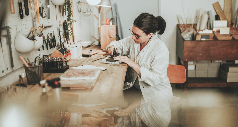 Se former à la bijouterie - vaut-il mieux les bancs de l'école ou l'apprentissage en autodidacte ? Education vs Experience