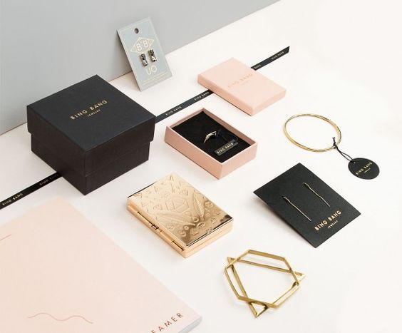 L'harmonie visuelle et la cohérence d'image sont clés pour créer un packaging réussi et impactant... Oui mais comment créer un univers cohérent et attirant lorsque l'on a une marque de bijoux créateurs ? Découvrez tout sur le packaging de bijoux dans cet article !