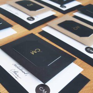 Carte de visite, mot manuscrit, carte de remerciement... pas besoin d'en faire trop pour avoir un packaging réussi : le mâtre mot est la cohérence ! Comme ici avec Corail Menthe, dont l'univers noir et blanc reflète l'élégance de sa marque.