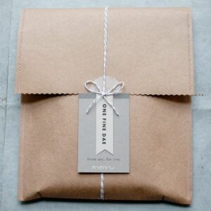 Protéger ses créations lors de l'envoi est primordial... mais il est possible de la faire en soignant l'esthétique, à commencer par l'enveloppe et ce qui l'entoure !