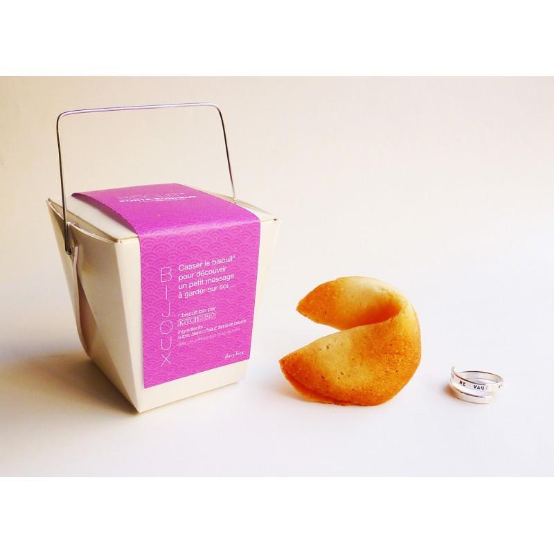Lucy Luce crée des bijoux à message, dans un biscuit porte-bonheur typique, vendu dans une boite alimentaire. Super idée, ludique et pleine de sens !
