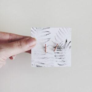 Un carton, un tampon, un joli design : cela suffit pour un packaging de bijoux réussi !